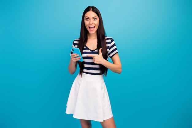 Doradca podekscytowana pani trzyma telefon wskazujący palec
