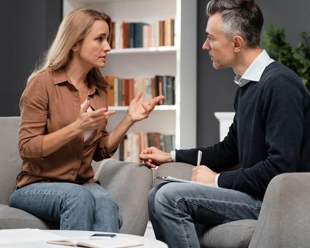 Doradca w średnim ujęciu rozmawia z pacjentem