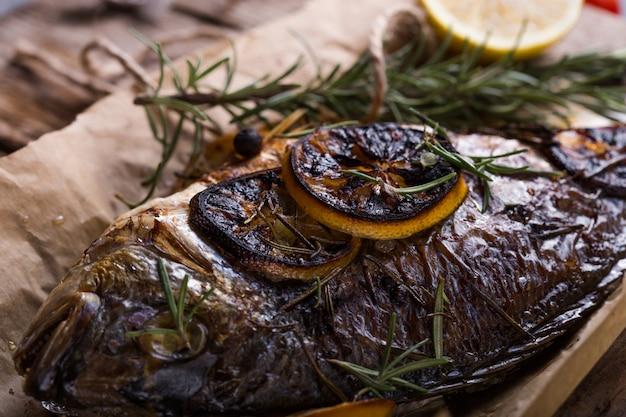 Dorado pieczona ryba. pieczona ryba dorado i składnik do gotowania. dorada z dorady z solą, ziołami i pieprzem