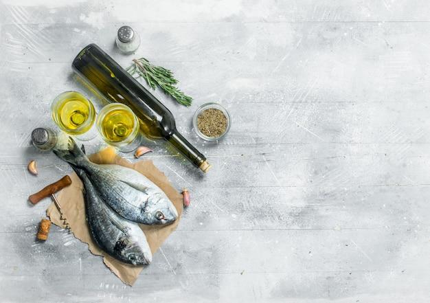 Dorado z surowej ryby morskiej z białym winem i przyprawami. na rustykalnym tle.