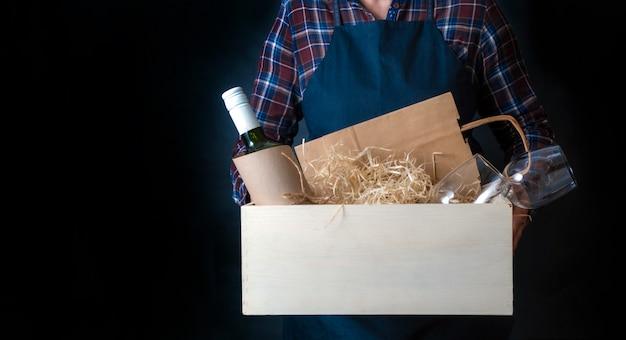 Doręczeniowa kobieta pakuje torbę pakuje pudełko pakuje wysyłkę wina szkła sommelier