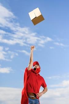 Doręczeniowy człowiek rzuca paczkę w powietrze