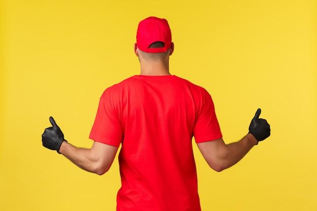 Doręczeniowy mężczyzna jest ubranym rękawiczki ochronne