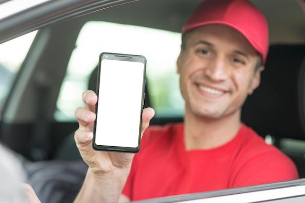 Doręczeniowy mężczyzna trzyma smartphone