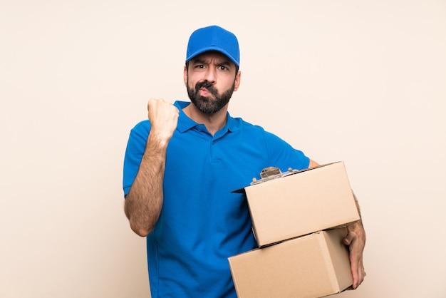 Doręczeniowy mężczyzna z brodą nad odosobnionym z gniewnym gestem