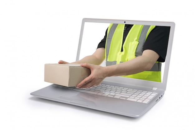 Doręczyciel dostarczający paczkę wychodzi z ekranu izolowanego laptopa