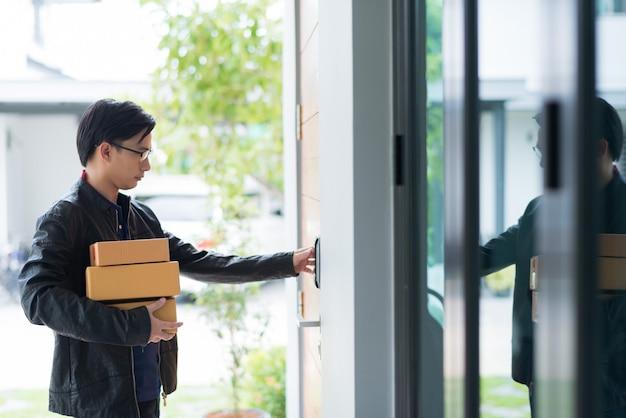Doręczyciel dzwoni do drzwi