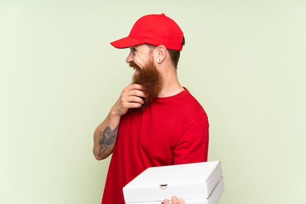 Doręczyciel z długą brodą zielony myślący pomysł i patrząc z boku