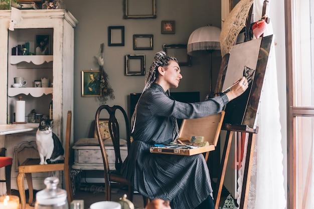 Dorosła artystyczna kobieta salowa w domu malować