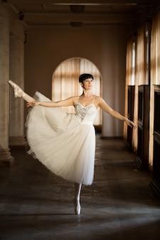 Dorosła baletnica ćwicząca w sali teatru