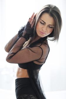 Dorosła brunetka kobieta w seksownej czarnej bieliźnie