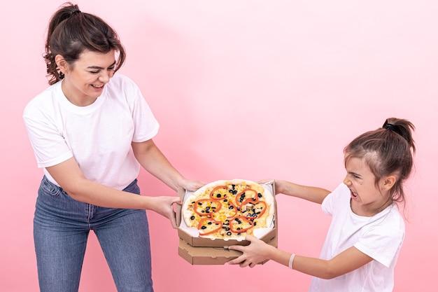 Dorosła dziewczyna i mała dziewczynka nie mogą dzielić między sobą pizzy.