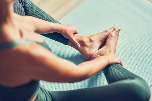 Dorosła kobieta ćwicząca jogę w domu