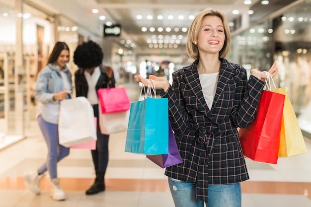 Dorosła kobieta dumna ze swoich toreb na zakupy