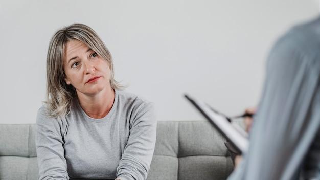 Dorosła kobieta na sesji terapeutycznej
