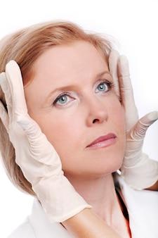 Dorosła kobieta o zastrzyk twarzy