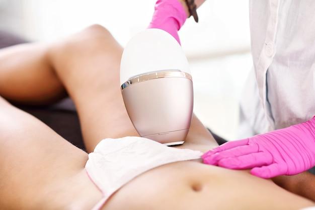 Dorosła kobieta po depilacji laserowej w profesjonalnym salonie kosmetycznym