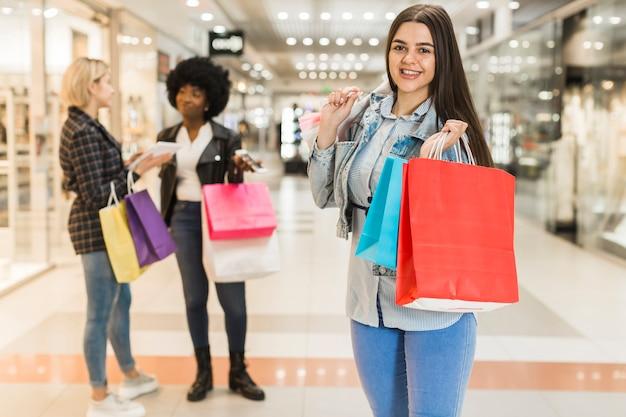 Dorosła kobieta pozuje z torba na zakupy