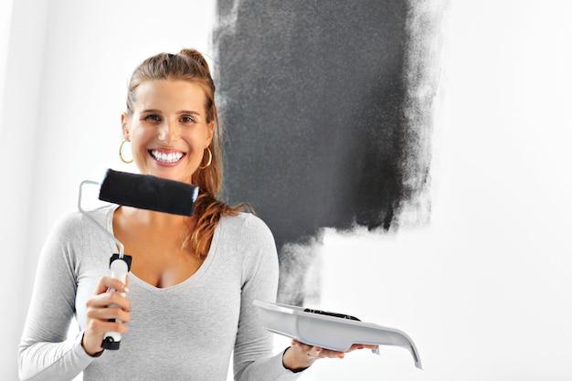 Dorosła kobieta robi remonty w domu