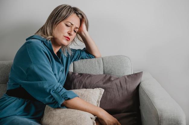 Dorosła Kobieta, Stresująca Się W Domu Premium Zdjęcia