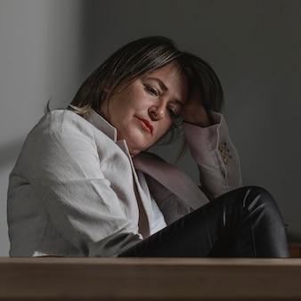 Dorosła kobieta, stresująca się w domu
