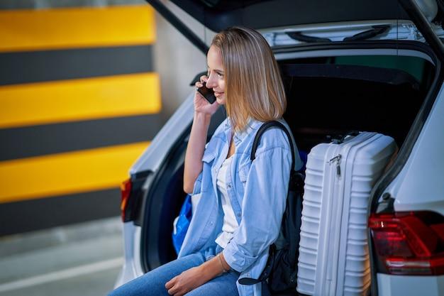 Dorosła kobieta turystka na podziemnym parkingu lotniska