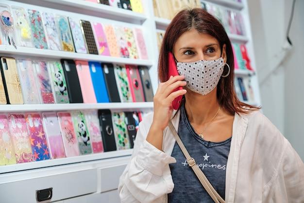 Dorosła kobieta ubrana w maskę