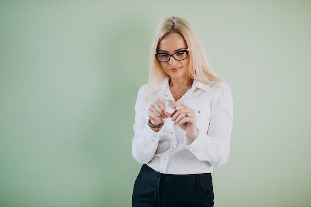 Dorosła kobieta używa anty starzenie się śmietankę