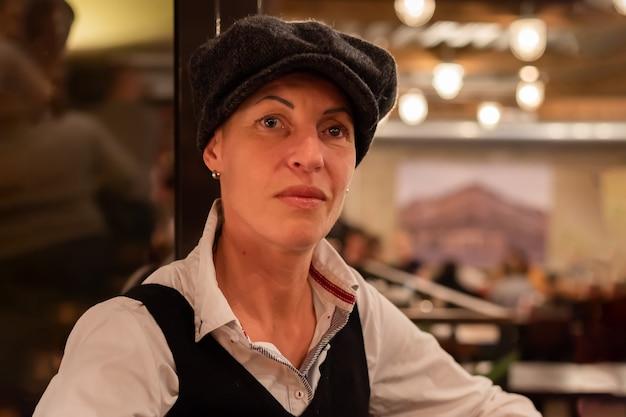 Dorosła kobieta w męskim stroju w kawiarni. w dowolnym celu.