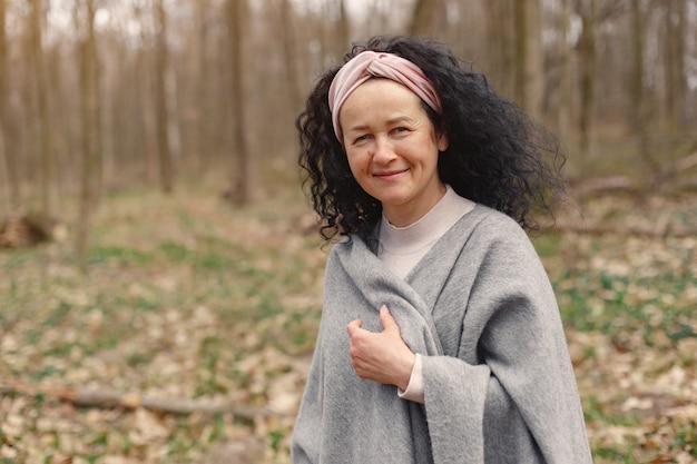 Dorosła kobieta w wiosna lesie