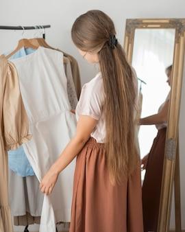 Dorosła kobieta wypróbowuje nowe ubrania
