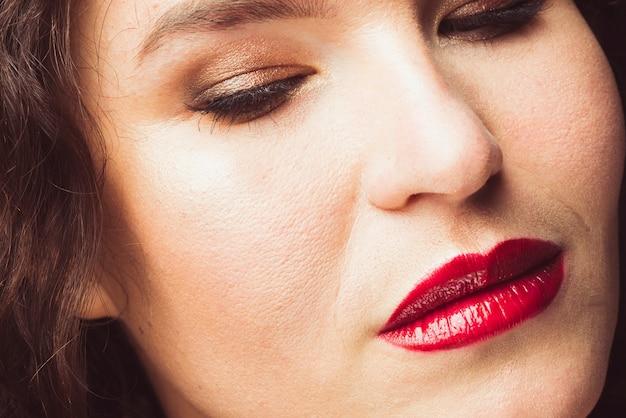 Dorosła kobieta z czerwonymi ustami