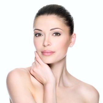 Dorosła kobieta z piękną twarzą - na białym tle. koncepcja pielęgnacji skóry.