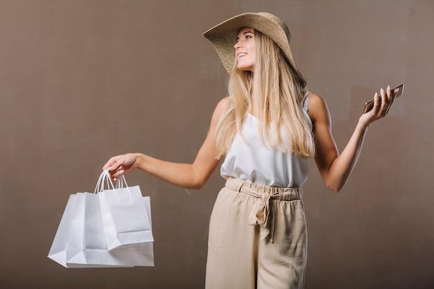 Dorosła kobieta z pozować torba na zakupy