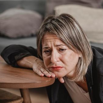 Dorosła kobieta z problemami zdrowia psychicznego