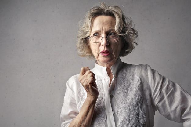 Dorosła kobieta zamyślona, rozważająca swoje decyzje