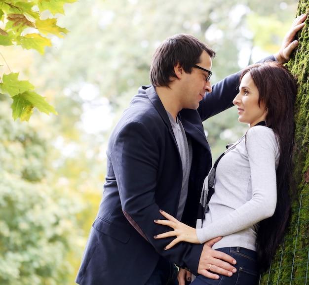 Dorosła para ma dobrego rodzinnego dzień w parku