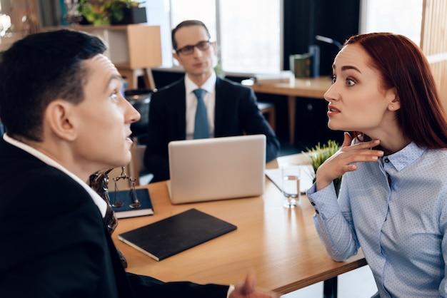 Dorosła para rozwodzi się. spotkanie biurowe