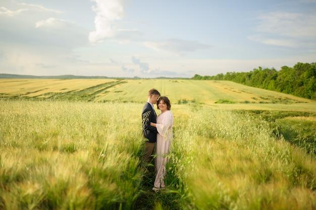 Dorosła para w zielonym polu pszenicy.