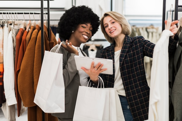 Dorosłe kobiety buźki zakupy razem