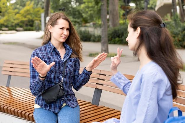 Dorosłe kobiety komunikujące się za pośrednictwem języka migowego