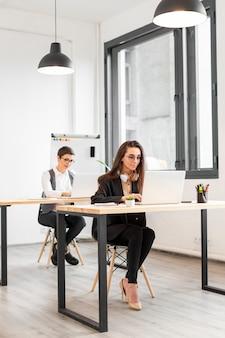 Dorosłe kobiety pracuje przy biurem