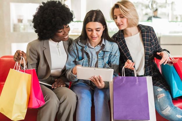 Dorosłe kobiety sprawdza ich torby na zakupy