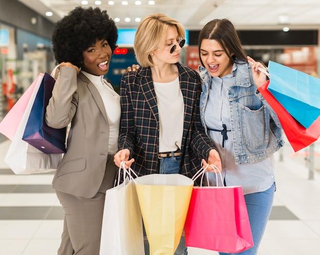 Dorosłe kobiety szczęśliwe zakupy razem