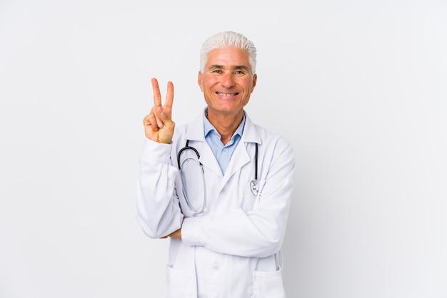 Dorośleć caucasian lekarki mężczyzna pokazuje numer dwa z palcami.