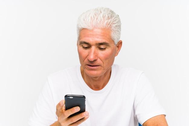 Dorośleć caucasian mężczyzna opowiada na telefonie