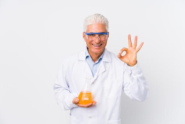 Dorośleć chemicznego mężczyzna rozochoconego i ufnego pokazuje ok gest.
