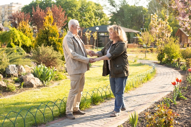 Dorośleć mężczyzna kobiety jako para w lecie w słońcu, starsza para relaksuje w wiosny lata czasie. opieka zdrowotna stylu życia emerytury miłości starsza para wpólnie wpólnie walentynka dnia pojęcie