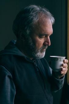 Dorośleć mężczyzna przy filiżance kawy