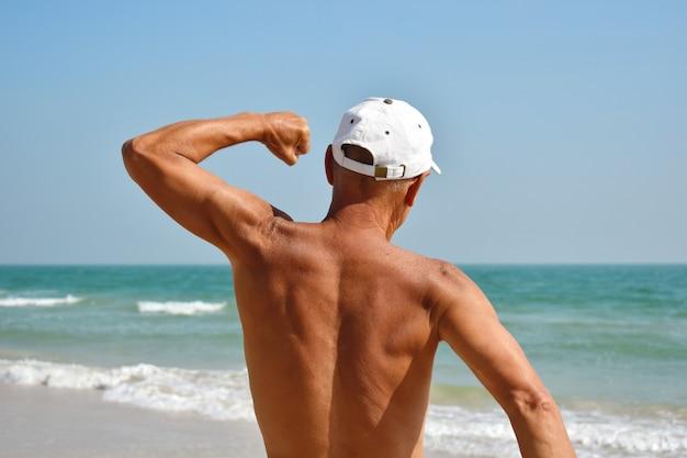 Dorośleć mężczyzna sporty na morzu.